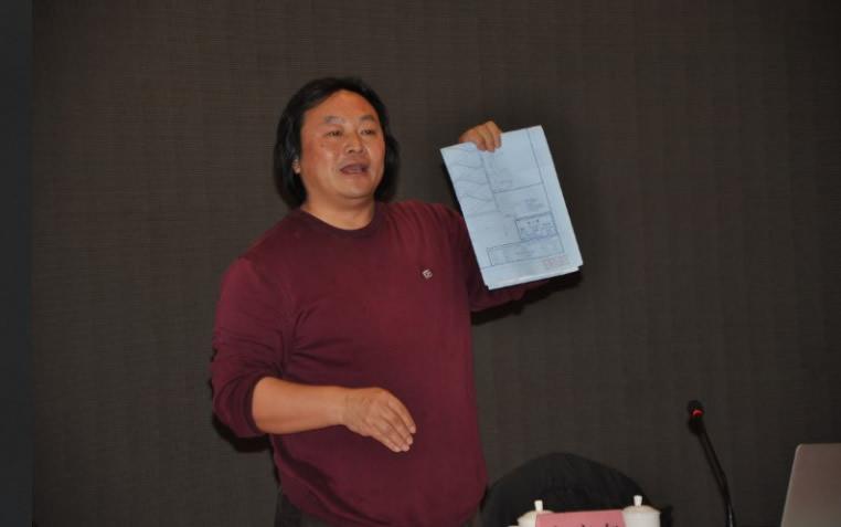 授课教师为学员演示折叠图纸(档案专业人员岗位培训班)